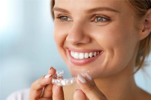 ALLINEAMENTO DENTI INVISIBILE | Dentisti Parma Akos Dental Care: il giusto Sorriso in tempi rapidi e con trattamento indolore